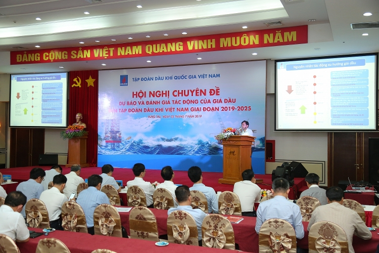 Petrovietnam organizes conference on oil price change and impact estimation